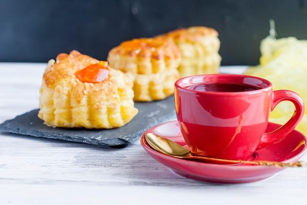 Tasse De Café Avec Dessert Feuilleté Photo Premium