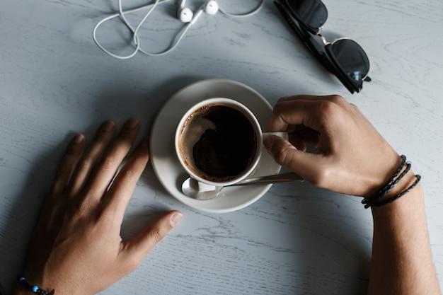Tasse De Café, écouteurs Et Lunettes De Soleil Allongé Sur Une Table En Bois Photo Premium