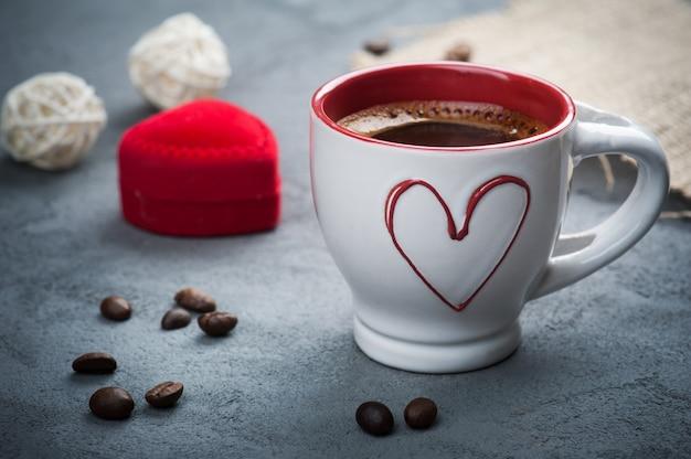 Tasse De Café Expresso, Haricots, Coeur Rouge Photo Premium
