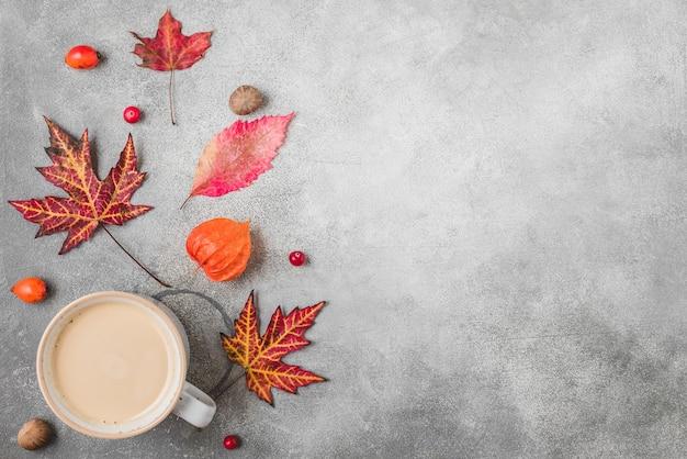 Tasse à Café, Feuilles D'automne, Fleurs, Baies Et Noix Photo Premium