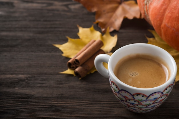 Tasse à Café Sur Les Feuilles D'automne Photo Premium