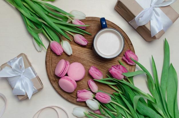 Tasse à Café, Fleurs De Tulipes Au Printemps Et Macarons Roses Sur La Vue De Dessus De Table Pastel. Photo Premium