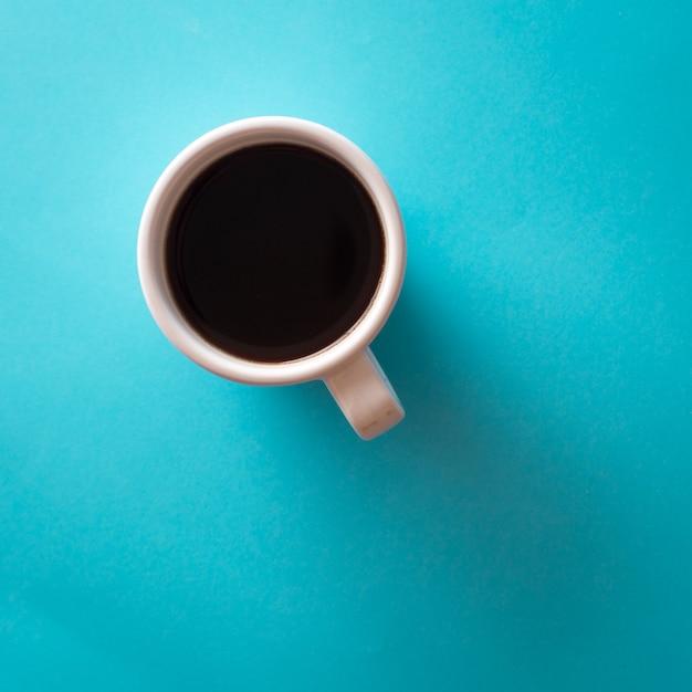 Tasse de café sur fond bleu Photo Premium