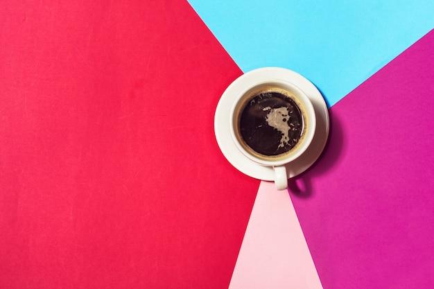 Tasse à café sur fond coloré Photo Premium