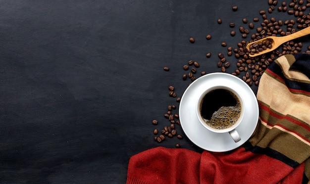 Tasse De Café Sur Fond De Parquet Noir. Concept D'hiver, Vue De Dessus Photo Premium
