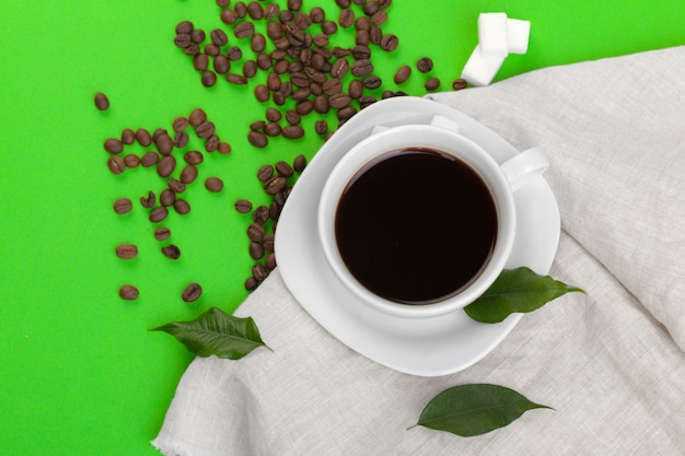 Tasse de café sur fond vert Photo Premium