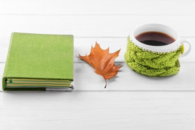 Une tasse de café fort et un cahier. le concept de l'automne, nature morte, détente, étude Photo Premium