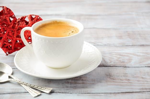 Tasse De Café Frais Du Matin Sur Une Table En Bois Photo Premium