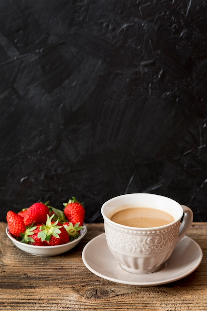 Tasse à café et fraises Photo gratuit