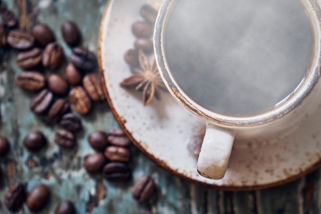 Tasse De Café Fumant Chaud Sur Table En Bois Photo Premium