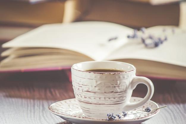 Une Tasse De Café Et Une Fumée Bonjour Au Bureau Au Travail
