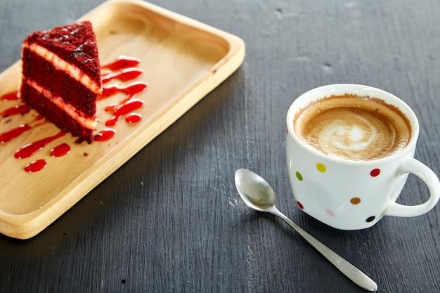 Tasse à café et gâteau de velours rouge Photo Premium