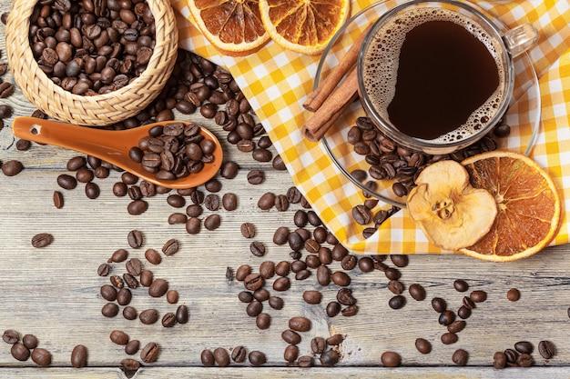 Tasse de café et grains de café sur la table. Photo Premium
