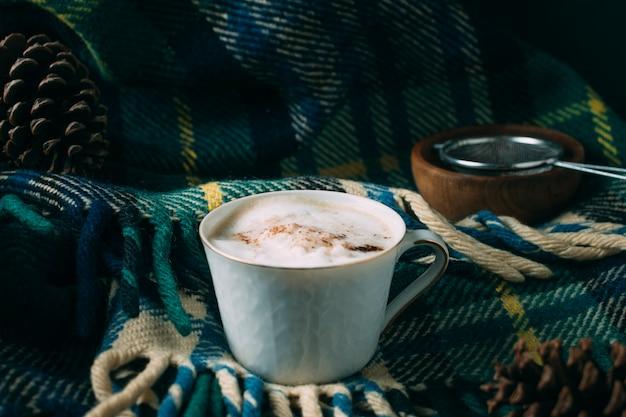 Tasse à café gros plan avec une couverture Photo gratuit