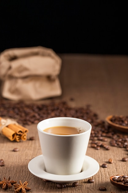 Tasse à Café Avec Des Haricots Photo gratuit