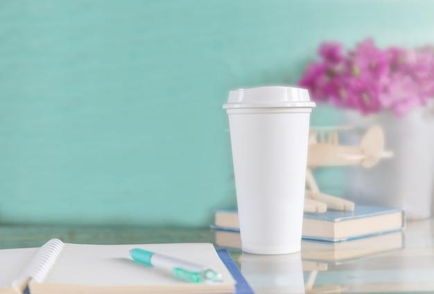 Tasse à café jetable sur une table en bois à la terrasse du café Photo Premium