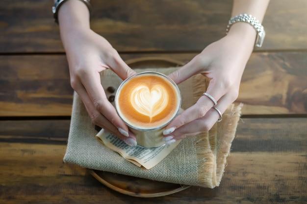 Tasse à Café, Latte Avec Coeur Latte Art Sur Le Dessus Photo Premium