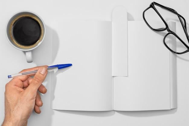 Tasse De Café Avec Livre Et Livre De Lecture Photo gratuit