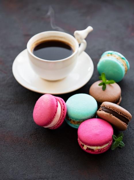 Tasse de café et macarons Photo Premium