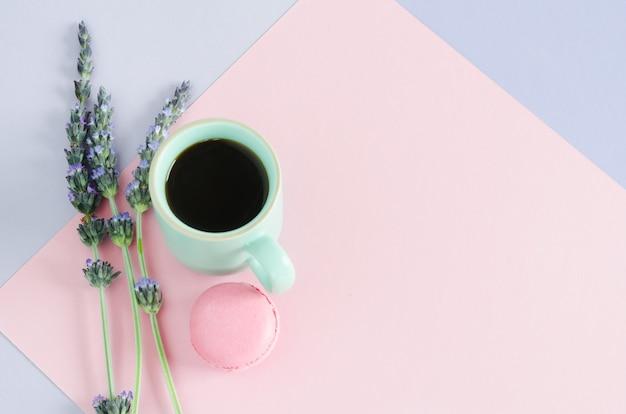 Tasse De Café Avec Macarroms Et Fleurs De Lavande Sur Fond Violet Et Rose. Vue De Dessus. Copiez L'espace. Mise à Plat. Photo Premium