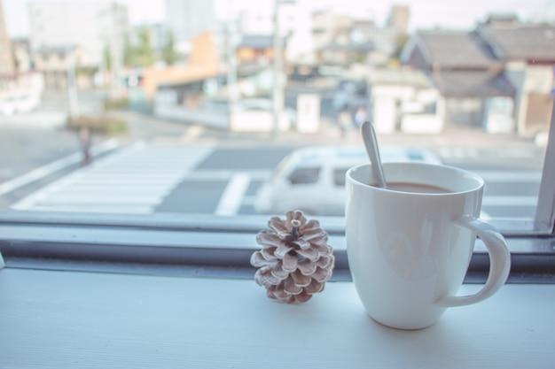 Tasse à café mis sur un bar en bois à la vitrine Photo Premium