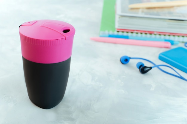 Tasse à café moderne près de cahiers sur la table Photo Premium