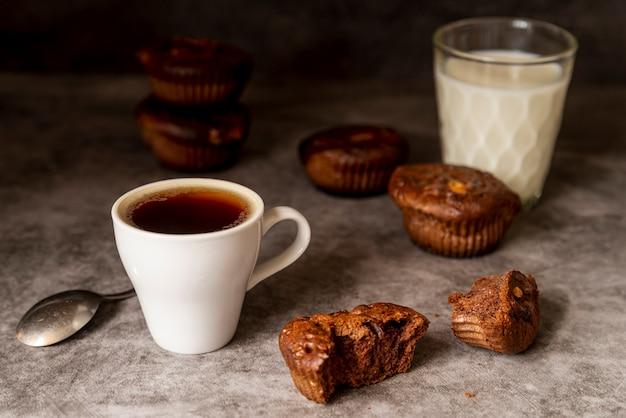 Tasse de café avec muffins vue de face Photo gratuit