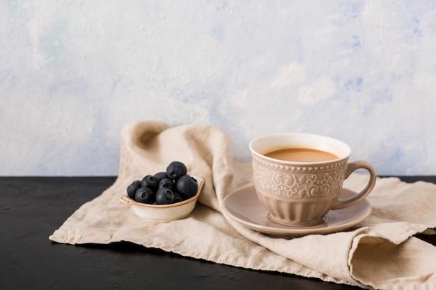 Tasse à café et myrtilles Photo gratuit