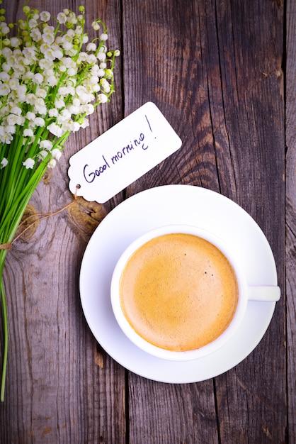Tasse de café noir dans une tasse blanche et une soucoupe Photo Premium