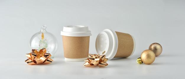 Tasse à café en papier et grains de café sur fond blanc. Photo Premium