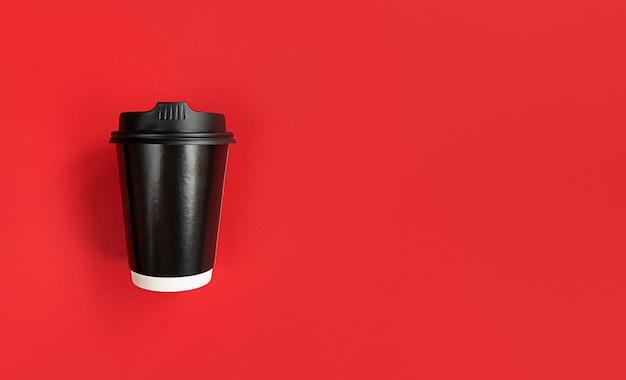 Tasse à Café En Papier Noir Pour Aller Sur Fond Rouge Avec Espace De Copie. Photo Premium