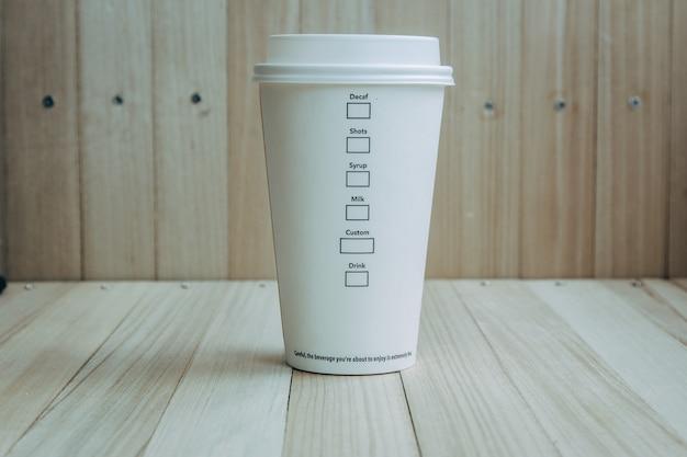 Tasse à café en plastique et papier Photo Premium