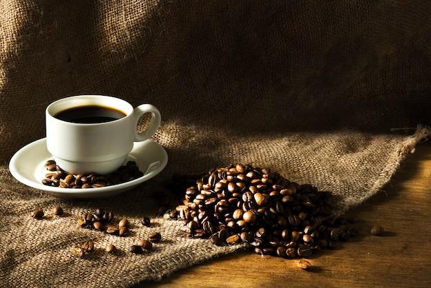 Tasse à café sur une table en bois. Photo Premium