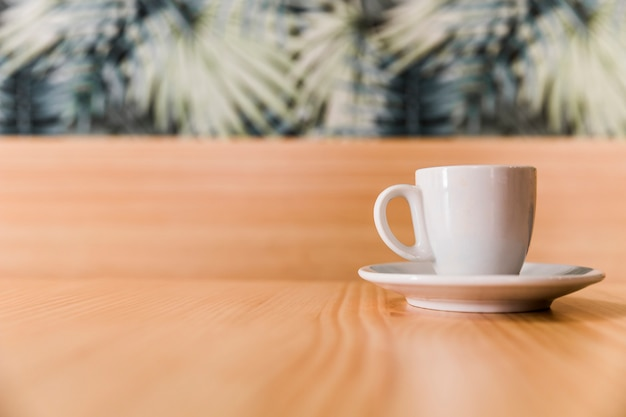Tasse de café sur table en bois Photo gratuit