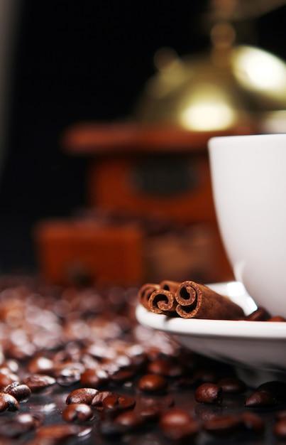 Tasse à Café Sur La Table Avec Des Grains De Café Autour Photo gratuit