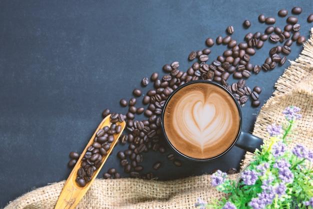Tasse de café sur la table noire Photo Premium