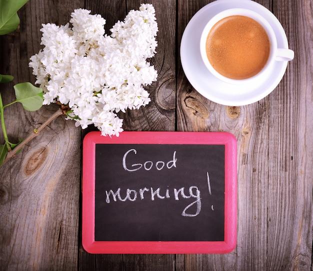Tasse de café et un tableau noir Photo Premium