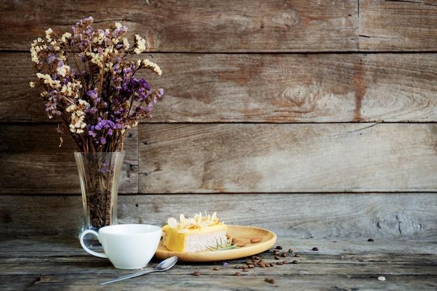 Tasse à café et vase au mur. Photo Premium
