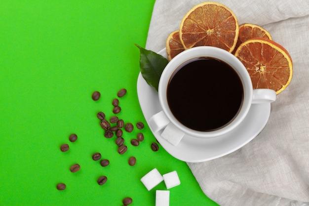 Tasse de café sur le vert. Photo Premium