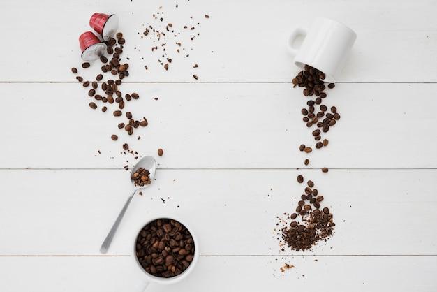 Tasse à café vue de dessus avec des grains Photo gratuit