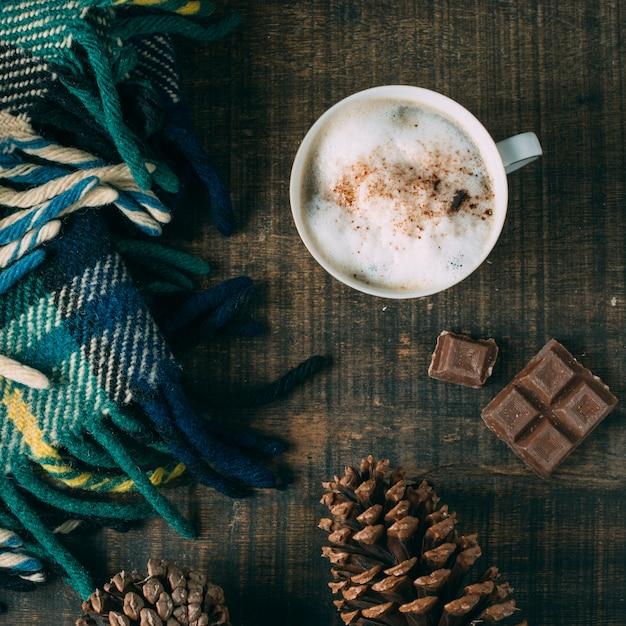 Tasse à café vue du dessus avec du chocolat Photo gratuit
