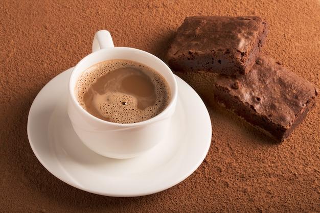 Tasse de cappuccino et brownies au chocolat Photo Premium