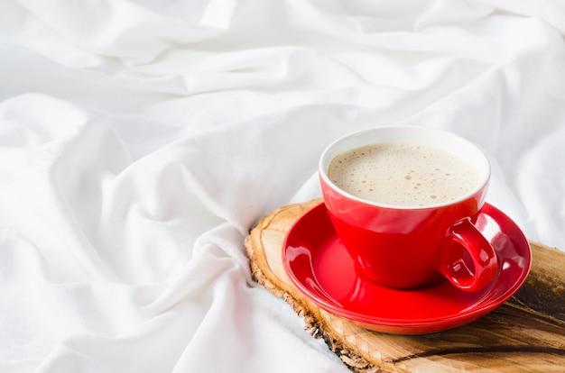 Tasse de cappuccino chaud. petit déjeuner au lit. Photo Premium