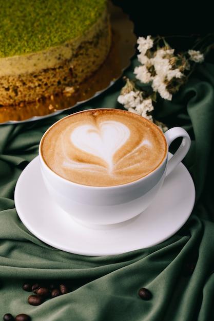 Tasse De Cappuccino Et Gâteau Sur La Table Photo gratuit