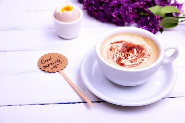 Tasse de cappuccino avec une soucoupe Photo Premium