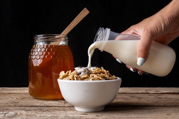 Tasse De Céréales Avec Du Lait Et Du Miel Photo gratuit