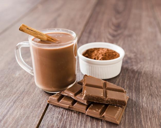 Tasse de chocolat chaud avec un bâton de cannelle Photo gratuit