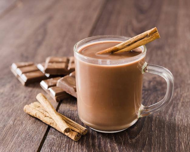 Tasse De Chocolat Chaud Avec Des Bâtons De Cannelle Photo gratuit