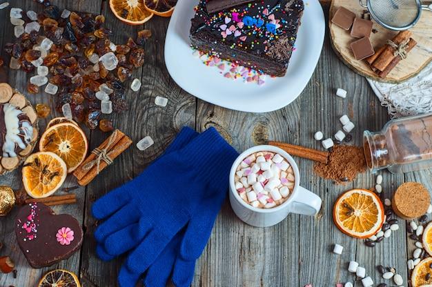 Tasse de chocolat chaud et biscuits parmi cake Photo Premium
