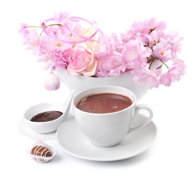 Tasse de chocolat chaud sur blanc Photo Premium